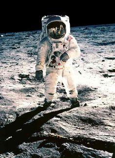 Pose05 kangaroo hops Apollo-11 _width939(アポロ宇宙服/アポロ11号/宇宙飛行士ポーズ05_width939)