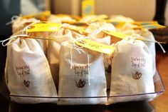 Saquinho personalizado com goiabinhas ou amanteigados deliciosos e um saquinho de chá!! <br> <br>Pode ser substituído por 3 trufas. <br> <br>Linda lembrancinha de casamento.