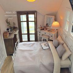"449 Likes, 13 Comments - mikako nishi (@nishi_mikako) on Instagram: ""コッツウォルズ住宅の二階寝室部分です。 コッツウォルズ様式の家にグレモン錠のフレンチ窓とバルコニーはあまり見かけないのかも…?とは思ったのですが… 輸入住宅という設定だから好きなものを…"" miniature bedroom #miniaturebedroom"