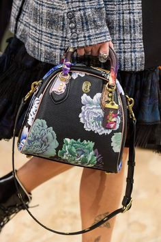 See all the Details photos from Coach 1941 Autumn/Winter 2019 Ready-To-Wear now on British Vogue Louis Vuitton Handbags, Coach Handbags, Coach Bags, Coach 1941, Business Chic, Nike Shox, Vogue Russia, Fashion Bags, Fashion Fashion