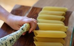 yum This post shows an easy way to stuff manicotti shells. (Also has manicotti recipe with spinach, ricotta, and cream cheese. I Love Food, Good Food, Yummy Food, Spinach And Cheese, Spinach Ricotta, Italian Dishes, Italian Recipes, Arroz Con Gandules, Pasta