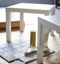 Deux tables IKEA LACK blanches prêtes à être relookées, avec des carreaux posés au sol.