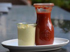 Tomatenketchup zelf maken en inmaken waardoor deze veel langer houdbaar wordt. Om een mooi effect te krijgen heb ik de mayonaise ook in een weckpotje gedaan.