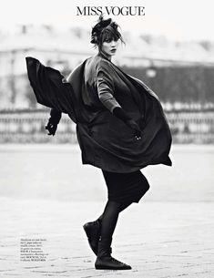 """Карли Клосс в роли уличной танцовщицы в фотосессии для Vogue Paris. Фотосет """"Miss Vogue: Street Dance"""" устроил Лахлана Бэйли (Lachlan Bailey)."""