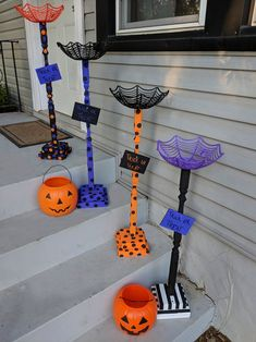 Bonbon Halloween, Halloween Candy Bowl, Fete Halloween, Halloween Porch, Halloween Trick Or Treat, Outdoor Halloween, Easy Halloween, Holidays Halloween, Halloween Pumpkins
