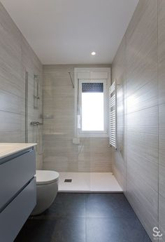 Servicons Reformas & Interiorismo - Servicons Reformas & Interiorismo Best Picture For bedroom ideas For Your Taste You are looking f - Bathroom Windows In Shower, Small Bathroom Layout, Master Bathroom Shower, Window In Shower, Luxury Master Bathrooms, Bathroom Plans, Bathroom Design Luxury, Bathroom Renovations, Small Narrow Bathroom