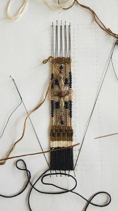 เครื่องประดับทอมือ หรือ Needle weaving jewelry เป็นการนำเทคนิคทอมือ การขัดสานกันของเส้นด้ายยืน และเส้นด้ายพุ่ง มาผสมผสานกับลูกปัด หินสี เป็นงานทอมือขนาดเล็ก ใช้การปักหมุดหรือพิน ปักลงบนแผ่นโฟ…