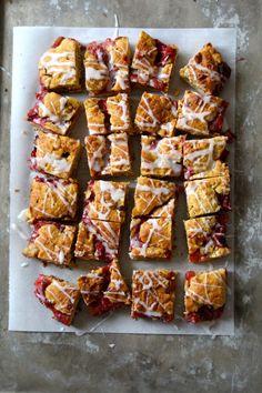 Enkel jordbær- og rabarbrakake - Mat På Bordet Er 5, Brownie Bar, Food To Make, Cake Recipes, French Toast, Strawberry, Food And Drink, Sweets, Dessert