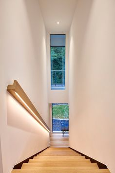 Staircase inside new building modern with wood stairs & banisters with lighting - architecture detail interior design house ideas architect house MEHRBLICK from BAUFRITZ - HausbauDirekt.de Architect house MEHRBLICK modern in Bauhaus style - Baufrit Stair Banister, Wood Stairs, House Stairs, Interior Staircase, Modern Staircase, Modern Railing, Railing Design, Staircase Design, Railing Ideas