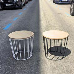 www.potsdam.es C/Santa Marta 6 Pamplona.  Mesas auxiliares metálicas en blanco y en negro con sobre de madera en sol y en sombra.