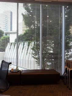 某外資系巨大流通企業の会議室(会社員)