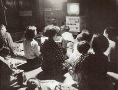 昭和スポット巡り on Twitter  昭和30年 テレビのある家に集まる近所の人たち