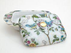 Manteigueira Ninho - vintage de porcelana com estampa de flores e pássaros.