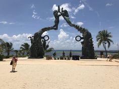 In het hart van Playa del Carmen vindt u het Parque los Fundadores, dat vernoemd is naar de grondleggers van de stad Playa del Carmen. Dit gezellige park is ingesloten tussen de Quinta Avenida en de terminal voor veerdiensten naar Cozumel. Het is een belangrijke bezienswaardigheid in de stad en een ontmoetingsplaats voor Mexicanen en toeristen. Hart, Cozumel, Statue Of Liberty, Mexico, Travel, Founding Fathers, Playa Del Carmen, Parks, Statue Of Liberty Facts