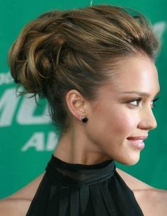The latest tips and news on celebrity updos are on Addicted To Lipstick. On Addicted To Lipstick you will find everything you need on celebrity updos. Wedding Hair And Makeup, Bridal Hair, Hair Makeup, Wedding Updo, Bride Hairstyles, Pretty Hairstyles, Classic Hairstyles, Jessica Alba Hair, Edgy Updo