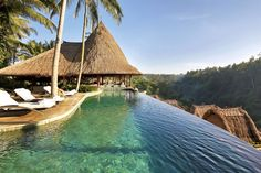 The Viceroy in Bali, Indonesië In het binnenland van het vakantie-eiland Bali, een kleine vijf kilometer van het stadje Ubud, ligt het hotel The 'Viceroy'. Het hotel is voorzien van een infinity pool (een zwembad dat geen rand lijkt te hebben, red.) met uitzicht over het junglelandschap rond de Petanurivier.