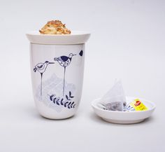 A ceramic artist and illustrator combined forces ... and see the lovely result. Mitsy Sleurs from ArtMind, who is living and working in Hasselt, Belgium and illustrator Lila Ruby King from the UK made these mugs, plates and bowls. I...