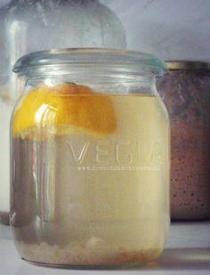 Waterkefir, 't zusje van melkkefir voor nog meer variatie in gefermenteerde producten, zodat je veel verschillende probiotica binnenkrijgt! Kefir, Kombucha, Mason Jars, Alcohol, Health, Drinks, Food, Vitamins, Rubbing Alcohol