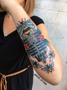 done by @deivid_tattooer . #microphone #bee #traditional #tattoos