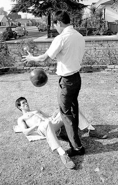 Bruce Lee: Bruce Lee training at home
