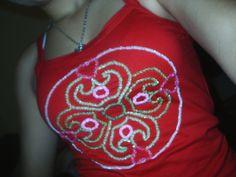 camiseta bordada com miçangas