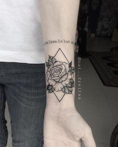 Tatuagem criada por Natasha Feitas de Goiânia. Flor em fineline com pontilhismo.