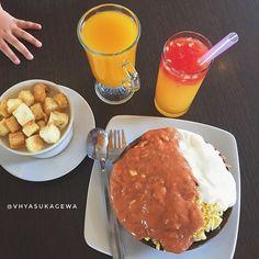 """Dee..tante mau potoin makanannya dulu ya bentaar aja"". (Srrtt srttt...efek tangan mungil yg gak sabaran buat makan. Kompromi pun gagal total 😓) . . #vpdaily #kulinery #like4like #instagram #instafood #foodporn #foodie #instaphoto #frame #littlefingers #eatlover #letpost #jakarta  Yummery - best recipes. Follow Us! #foodporn"