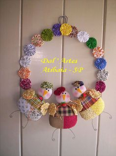 Yo-yo Snowman Wreath: Use white & blue yo-yos Easter Crafts, Holiday Crafts, Fun Crafts, Diy And Crafts, Arts And Crafts, Fabric Crafts, Sewing Crafts, Sewing Projects, Christmas Wreaths