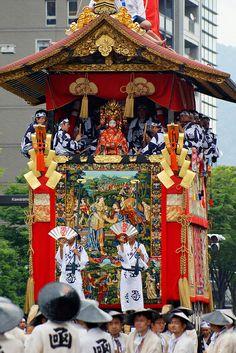 祇園祭 Gion-Matsuri em 京都 Kyōto. O nome Gion é em referência ao distrito de Gion onde se localiza o santuário xintoísta (Jinja) Yasaka 八坂神社 (devido à grandiosidade do festival, atualmente não é realizado nesse distrito). O Gion-Matsuri é realizado há mais de 800 anos. Dura o mês inteiro de julho, sendo o ponto alto as procissões (山鉾巡行 Yamaboko-junkō) dos dias 17 e 24