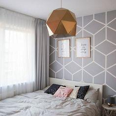 A to sypialnia z drugiej strony. Jak Wam się podoba ściana w heksagony? Jest pomalowana to nie jest tapeta! :) #hexagonwall #bedroomdecor #wnetrza #mojemieszkanie #mjakmieszkanie #scandinavianinterior #mojemiejscenaziemi #zloto #scandi #metamorfozawnetrza #remont #inspiracja #homestanging #sypialnia #wystrój #wystrójwnętrz #projektowaniewnętrz #smartlifewnetrza #pinkwall #posters #interiordesign #homestyling #homestylingideas #cozyplace #interior2you ##whitetable #interior123 #myplace…
