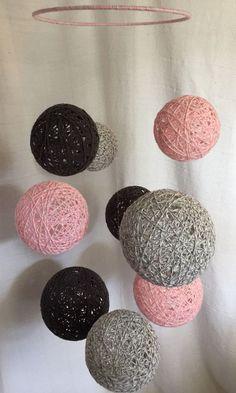 Mobile with marbled baby pink, marbled light grey, and dark grey yarn balls Diy Crafts Hacks, Diy Home Crafts, Diy Arts And Crafts, Creative Crafts, Yarn Crafts, Cadre Design, Cotton Ball Lights, Deco Rose, Balloon Crafts