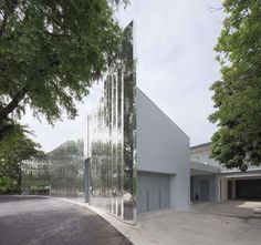 Reflecting Tradition: The Shimmering Skin of This Art Museum Is Inspired by Historical Thai Temples  - Architizer