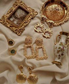 imagen descubierto por Raz. Descubre (¡y guarda!) tus propias imágenes y videos en We Heart It Cream Aesthetic, Gold Aesthetic, Classy Aesthetic, Aesthetic Vintage, Princess Aesthetic, Accesorios Casual, Jewelry Photography, Ring Verlobung, Jewelery