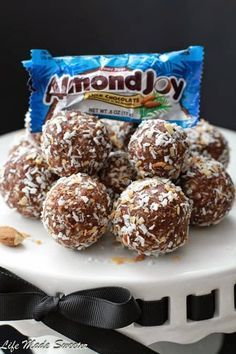 heart healthy desserts No Bake Almond Joy Energy Bites make the perfect healthy snack. Best of all, they're gluten free, refined sugar free and vegan! Heart Healthy Desserts, Quick Healthy Snacks, Healthy Snacks For Diabetics, Healthy Baking, Healthy Treats, Vegan Desserts, Diabetic Snacks, Baking Snacks, Healthy Sauces