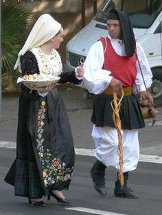 Handkerchief Folding, Folk Clothing, Ethnic Dress, People Of The World, Sardinia, Costumes For Women, Traditional Outfits, Female, Parma