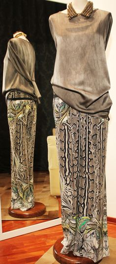 Blusa sartoriale in seta color militare, pantalone morbido in seta stampa pitone ROBERTO CAVALLI, collo-bijoux con catene e strass MARCOBOLOGNA.