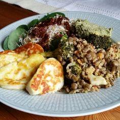 """Lins- & quinoaröra – en snabblagad middag som gav en explosion av smaker i munnen! Lätt att göra mycket av och ha i kylen ett par dagar som tillbehör till andra maträtter. Den går lika bra att varm som kall och passar bra till sommarens picknickar. Vi valde att servera den tillsammans med favoriten halloumi! … Fortsätt läsa """"Lins- & quinoaröra med halloumi"""" Halloumi, Easy Healthy Recipes, Healthy Food, Munnar, Love Food, Quinoa, Veggies, Food And Drink, Tasty"""