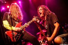 Jeff McDonald -voz y guitarra- y Steven McDonald -bajo y voz- de Redd Kross, Kafe Antzokia, Bilbao, 24/07/2015. Foto por Dena Flows