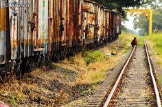 La vía del ferrocarril y los vagones de antigua estación central son el hogar de cientos de indigentes y de miles de historias tristes. Foto / Jorge Orozco