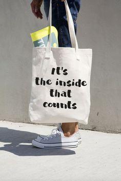 It's on the inside that counts. Trendy katoenen tasje, verkrijgbaar met 4 verschillende leuke prints. De tas is lekker ruim en heeft genoeg plek voor al je spulletjes. De ideale tas voor een een dagje shoppen. Kijk op www.dresz.nl voor de dichtstbijzijnde verkooppunten!