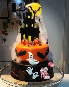 #cakedesign #halloween #halloweencake #mollycake #ganache #ganachechocolat #ganachechocolatnoir #ganachechocolatlait #pateasucre #pateasucrenoire #pateasucreorange #homemade #homemadefood #homemadecooking #dessert #patisserie #instafood #douceursucrees Molly Cake, Halloween Cakes, Homemade, Cooking, Desserts, Food, Unsweetened Cocoa, Gentleness, Kitchen