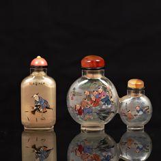 Ensemble comprenant trois flacons tabatières en verre peint à l'intérieur, dont un double flacon, à décor peint à l'intérieur d'enfants jouant. L'un signé Ma Shao Xuan. Bouchons en verre.