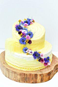 Tort weselny z jadalnymi kwiatami