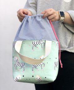 TUTORIAL bolsa tuppers! - ilovekutchi blog Sewing Hacks, Sewing Tutorials, Sewing Projects, Drawing Bag, Backpack Pattern, Diy Handbag, Linen Bag, Patchwork Bags, Fabric Bags