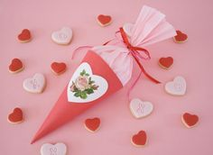 Party favour cone in red & pink