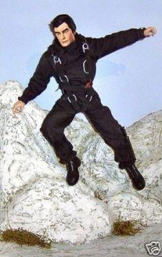 """Figuras De Accion Bondcollection - Tim Dalton Gibraltar Diorama de la película """"The Living Day Lights"""" donde Tim Dalton esta en el campo de entrenamiento en Gibraltar, y esta con un traje de paracaidismo.  Tallado: Cabeza, pies y manos de resina. La figura no incluye la roca ni el fondo. Total artículos:$60,00 Envío y manejo: $43,10 Total:$103,10 USD"""