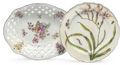 A CHELSEA 'HANS SLOANE' BOTANICAL PLATE AND A RETICULATED BASKET