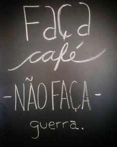 Boa semana começa com um bom café! #cafe #chalk #lousadadiiirce #giz #chalklettering #lettering #coffee #coffeelovers #instacoffee #caffeine #chalkboard