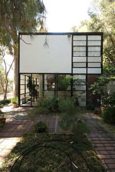 AD Classics: Eames House / Charles and Ray Eames I think one of the most important things to me about a house is its transition between indoors and outdoors. This is a prime example. AD Classics: Eames House / Charles and Ray Eames Architecture Design, Architecture Résidentielle, Amazing Architecture, Installation Architecture, Contemporary Architecture, Exterior Design, Interior And Exterior, Modernisme, Deco Design