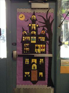 Minion Halloween, Theme Halloween, Easy Halloween, Halloween Crafts, Halloween Classroom Decorations, Halloween Bulletin Boards, Fall Door Decorations, Preschool Door, Green Crafts For Kids